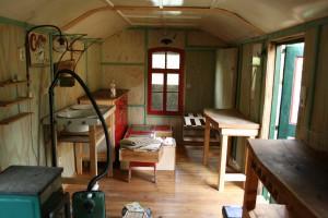 Küche, Wohn- und Arbeitszimmer, hinter dem Fensterkreuz die Schlafnische ...
